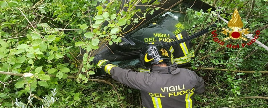 Guardia Lombardi – Automobile sbanda e finisce in una scarpata