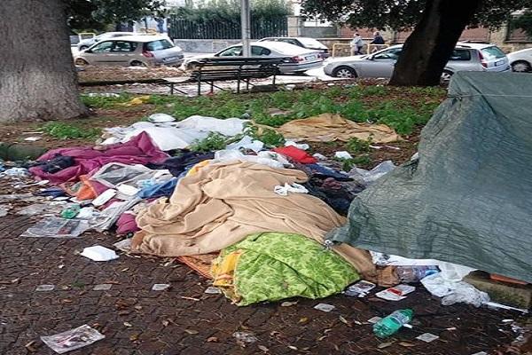 Risultati immagini per senzatetto nei giardini dell'ospedale cardarelli